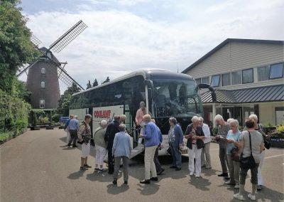 ouderen-stappen-in-touringcar-voor-ouderen-die-slecht-ter-been-zijn