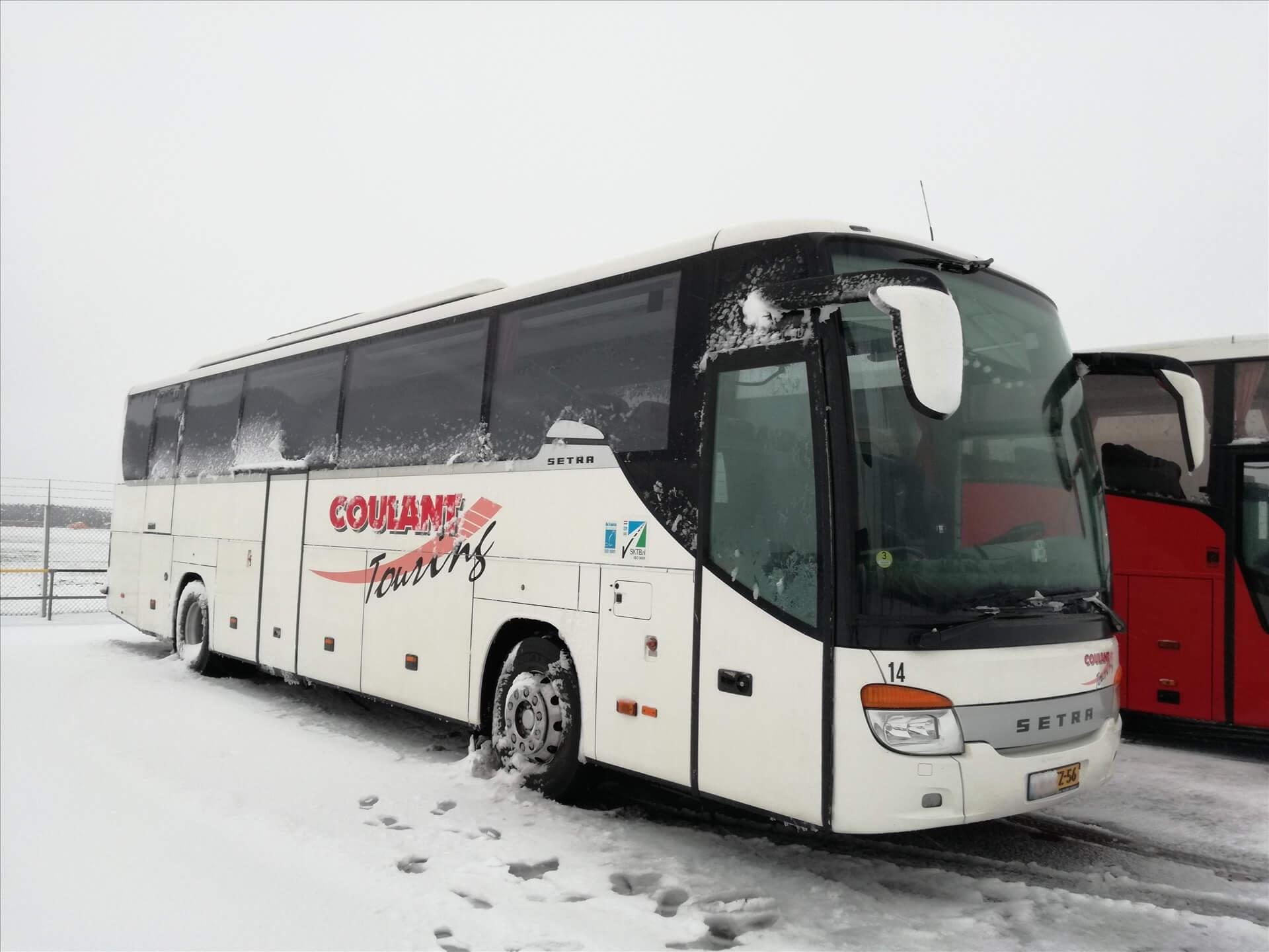 touringbus-in-de-sneeuw