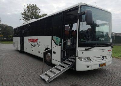 touringcar-met-uitgeklapte-trap-voor-minder-validen